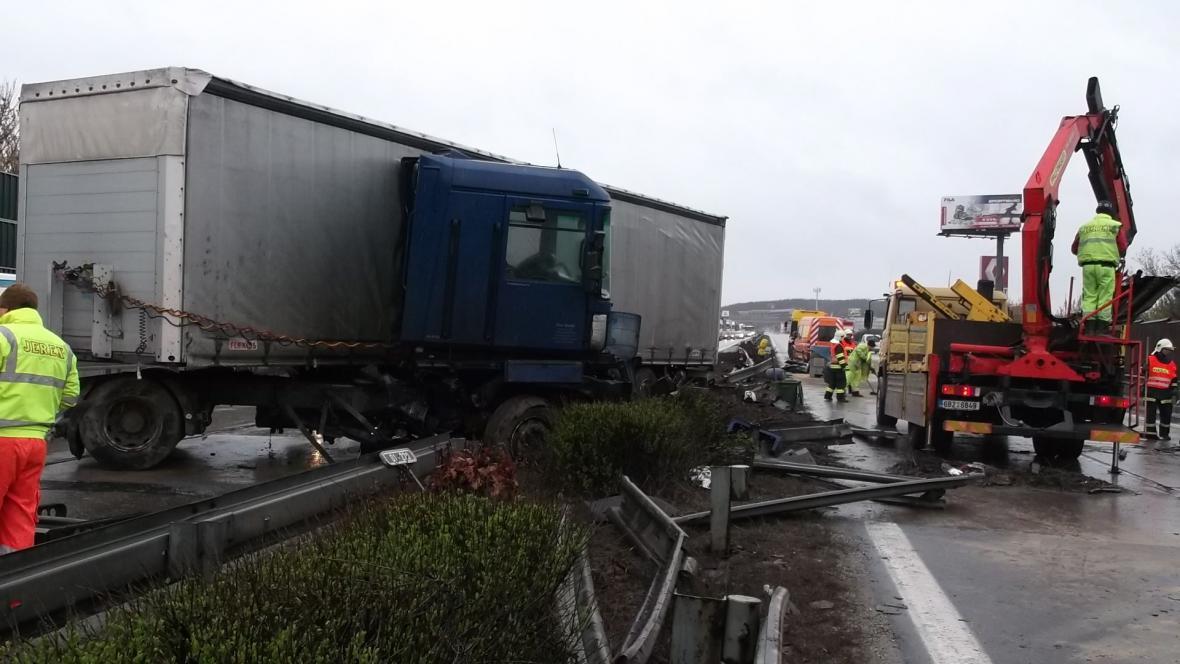 Kamion zasahoval do obou jízdních pruhů