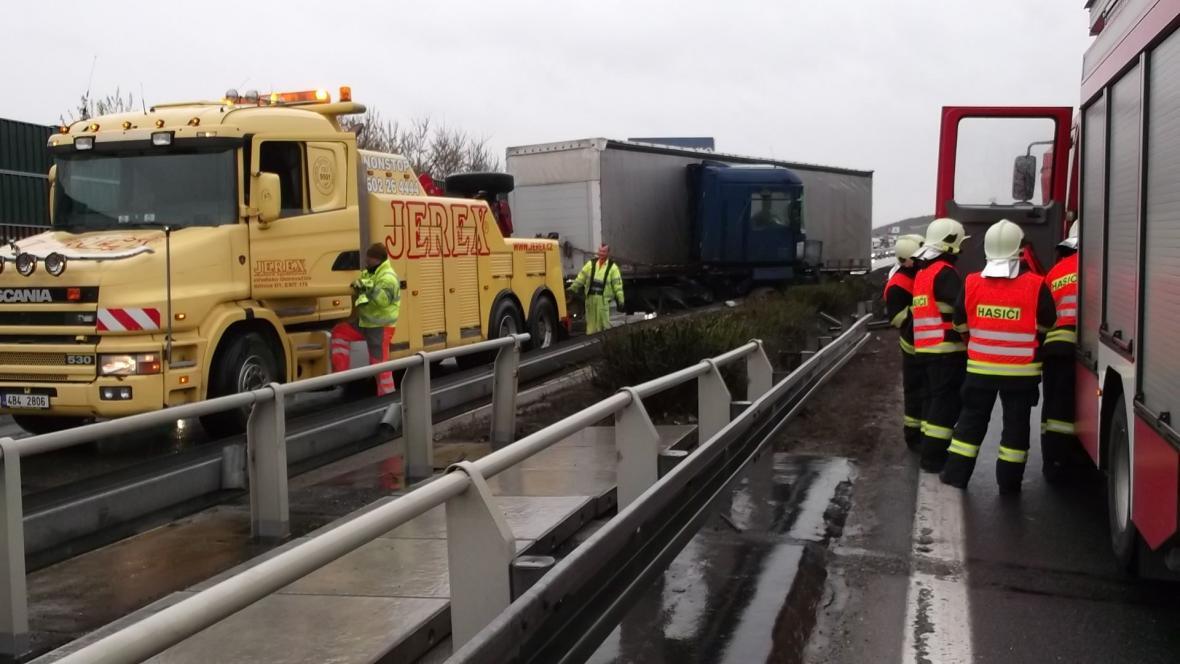 Dopravu na D1 komplikovala nehoda kamionů