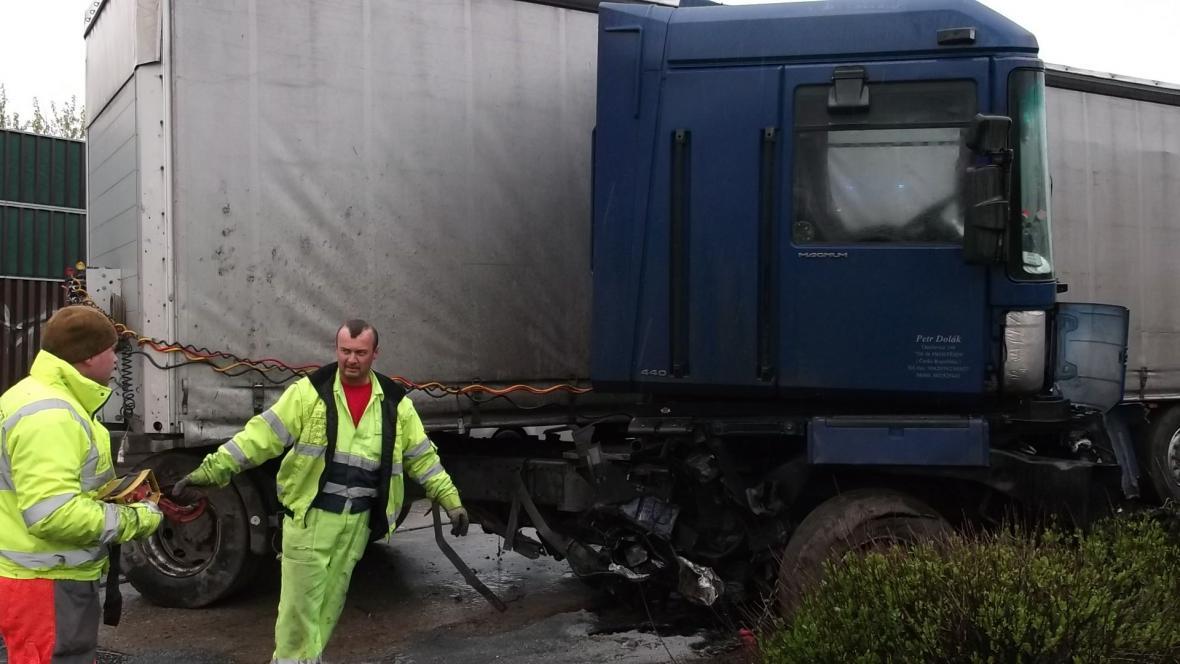 Likvidace následků nehody kamionů