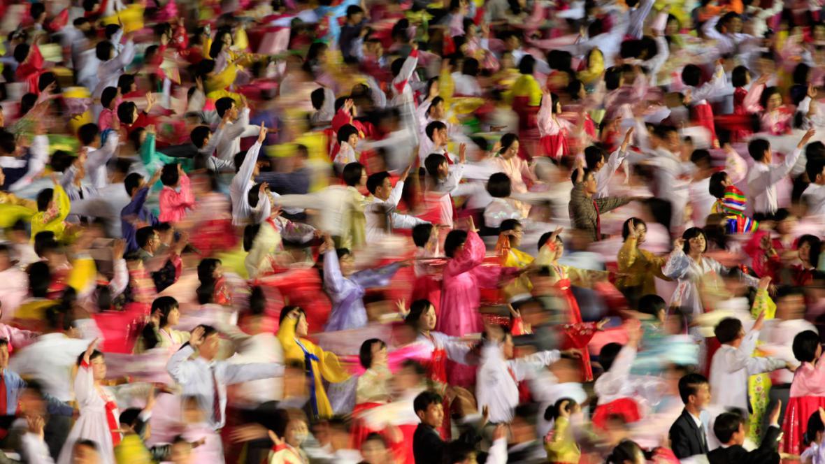 Severokorejci tancem oslavují výročí narození Kim Ir-sena
