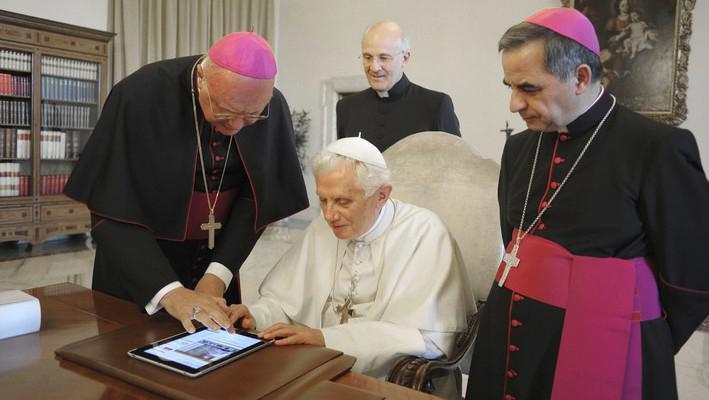 Papež Benedikt XVI. odesílá zprávu na Twitter
