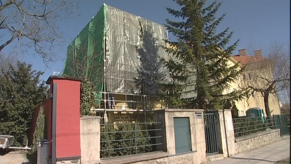 Stavebník přikryl načerno opravovaný dům přikrýt plachtou