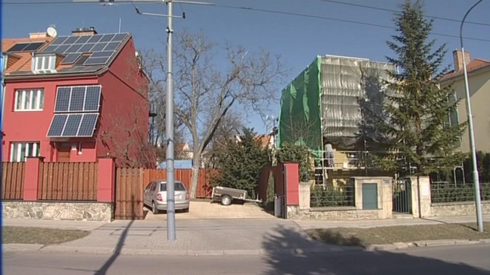 Stavebník nechal Haselmannův dům (vpravo) přikrýt plachtou
