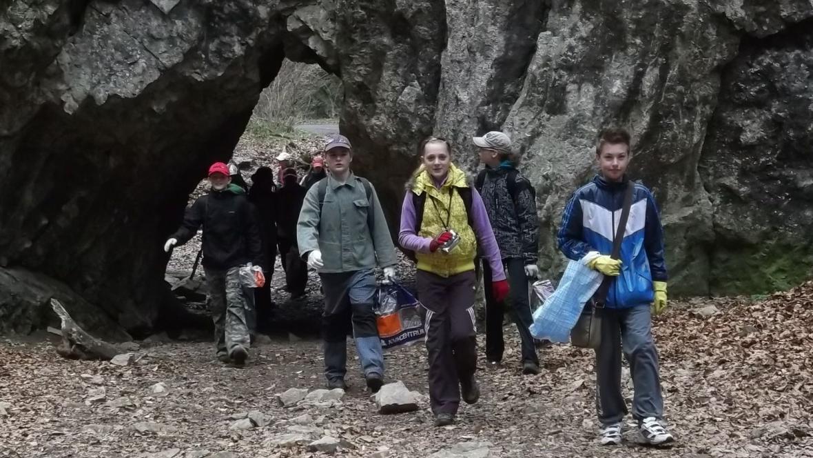 Děti vyrazily sbírat odpadky do Moravského krasu