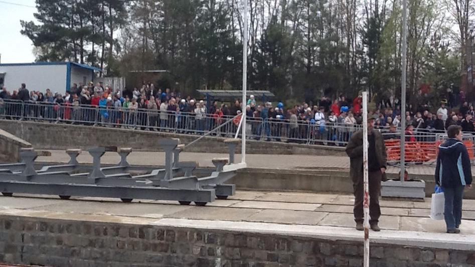Spouštění parníku na hladinu přihlížely desítky lidí