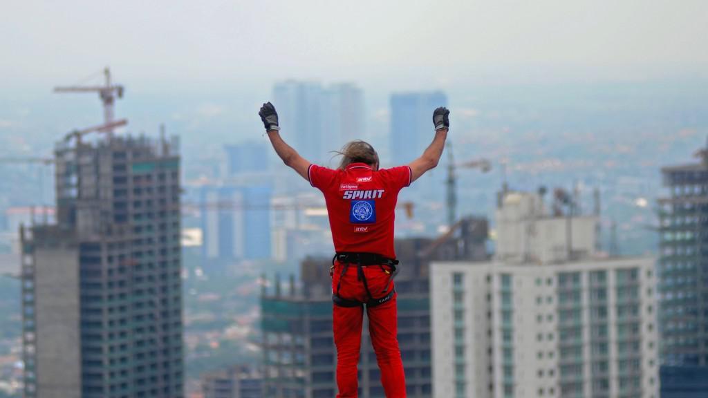 Pavoučí muž na věži v Jakartě