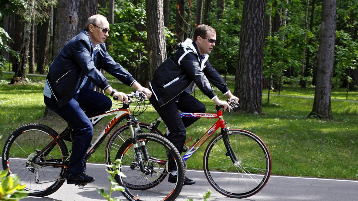 Putin s Medvěděvem na kolech