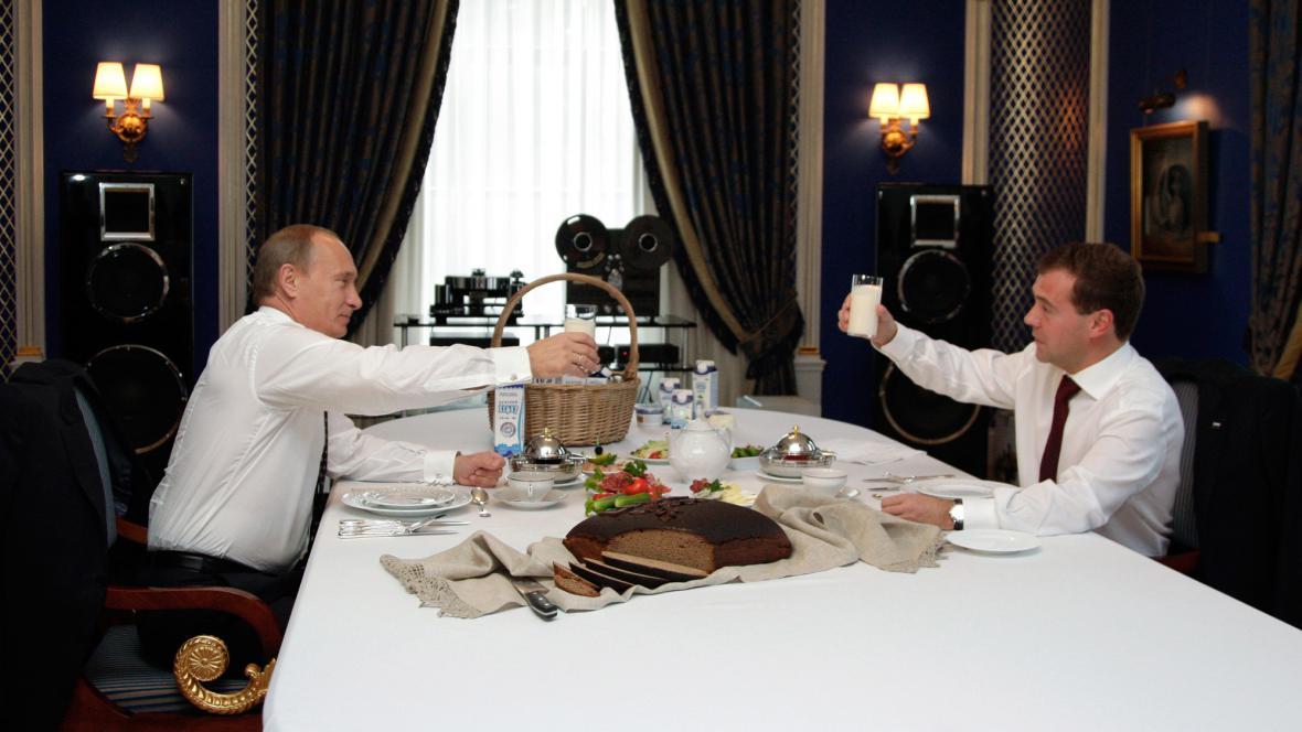 Putin s Medvěděvem na snídani