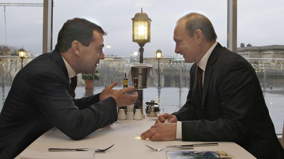 Medvěděv s Putinem na večeři