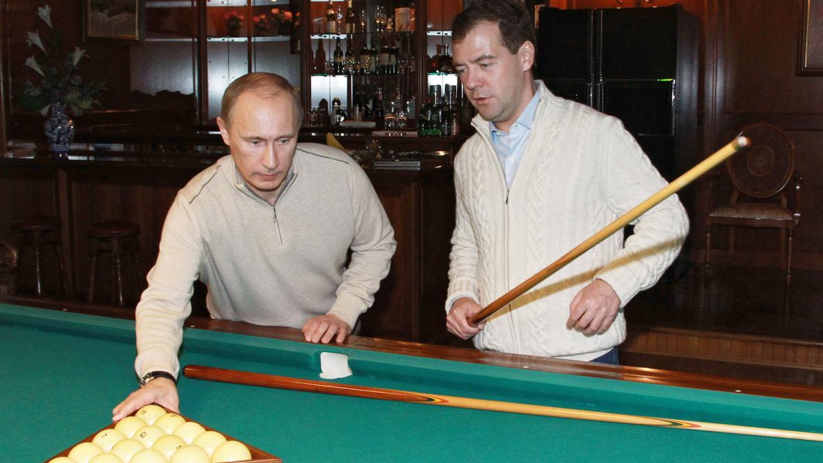 Putin s Medvěděvem na kulečníku