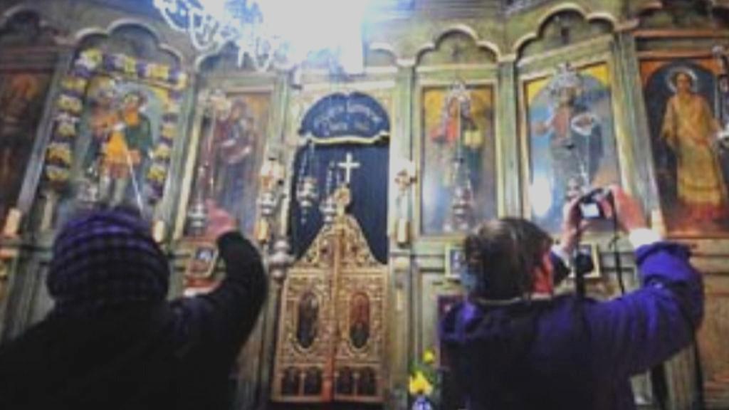 Turisté v kostele v Makedonii