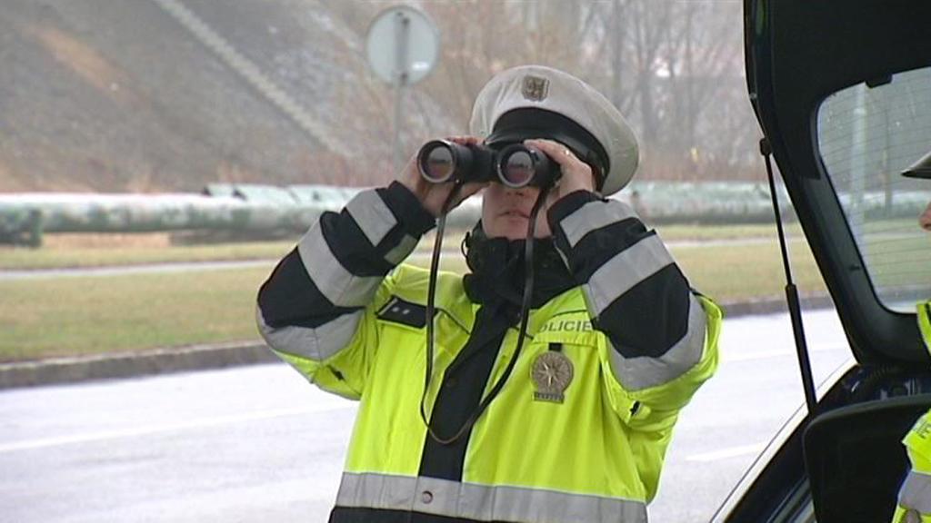 Policisté při silniční kontrole