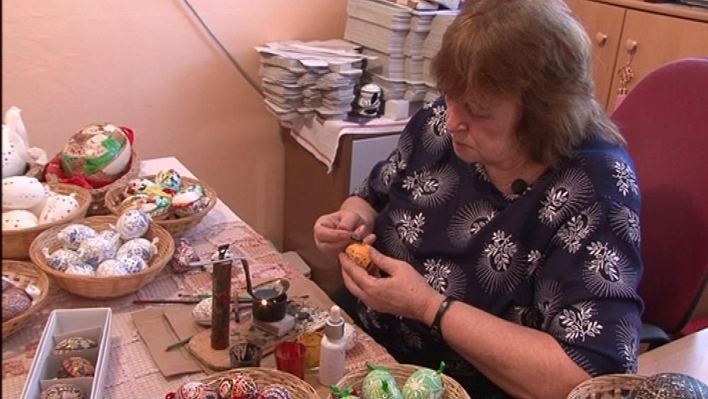 Malérečka Marie Čiháková voskuje kraslice