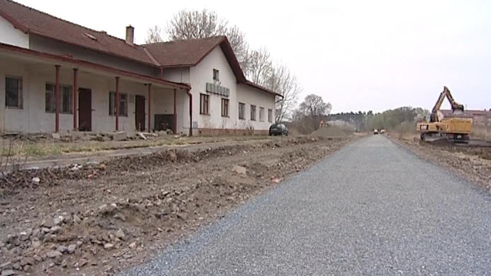 Jen nádražní budova připomíná železniční trať