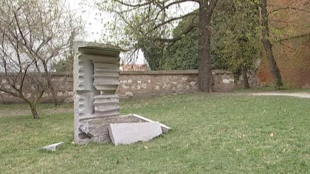Zničená socha Pavla Opočenského