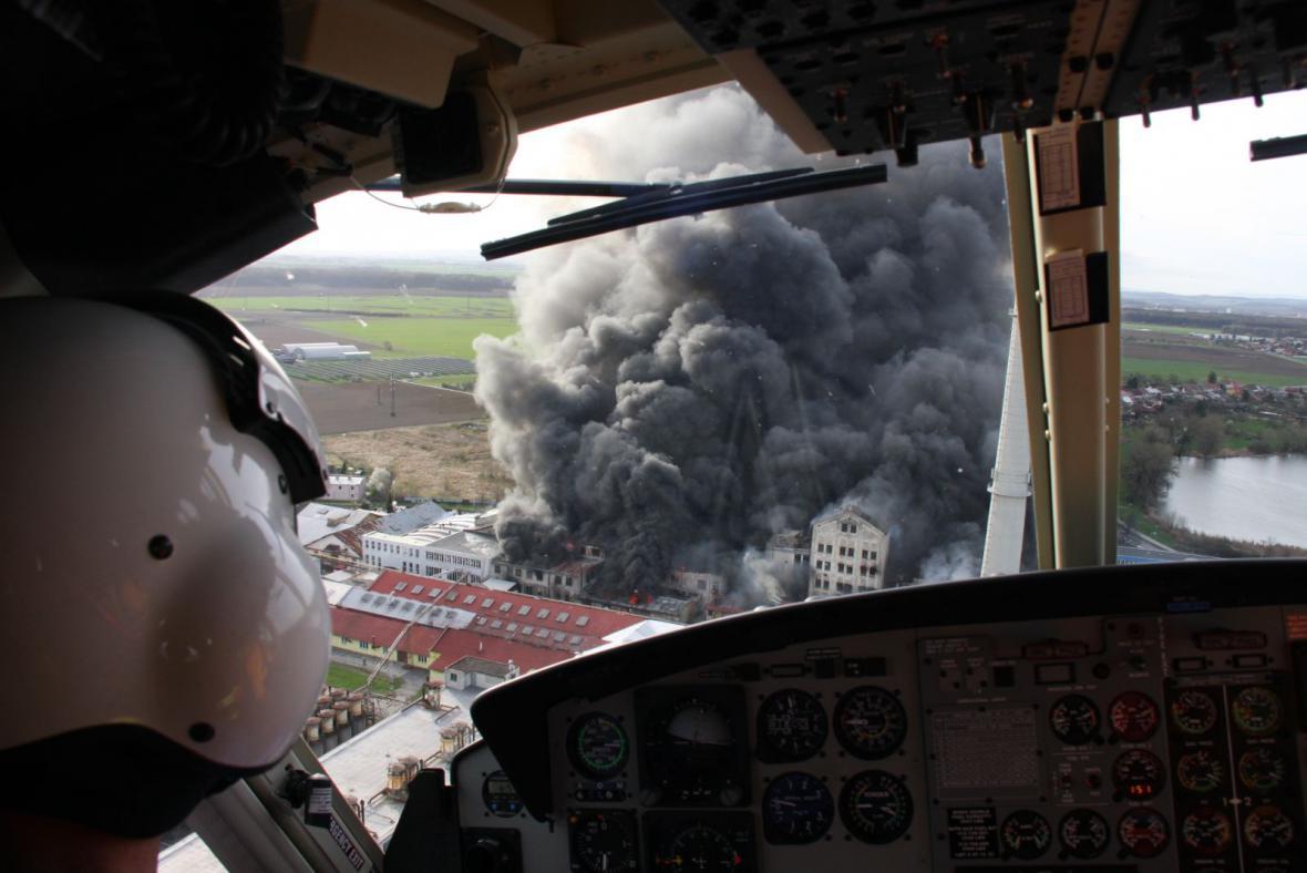 Záběry požáru v Chropyni z vrtulníku