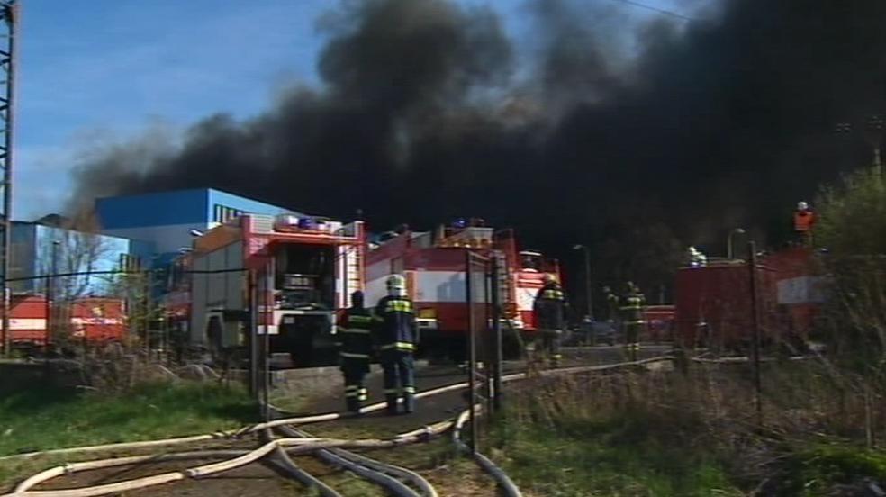 Na místě zasahuje 30 jednotek profesionálních a dobrovolných hasičů