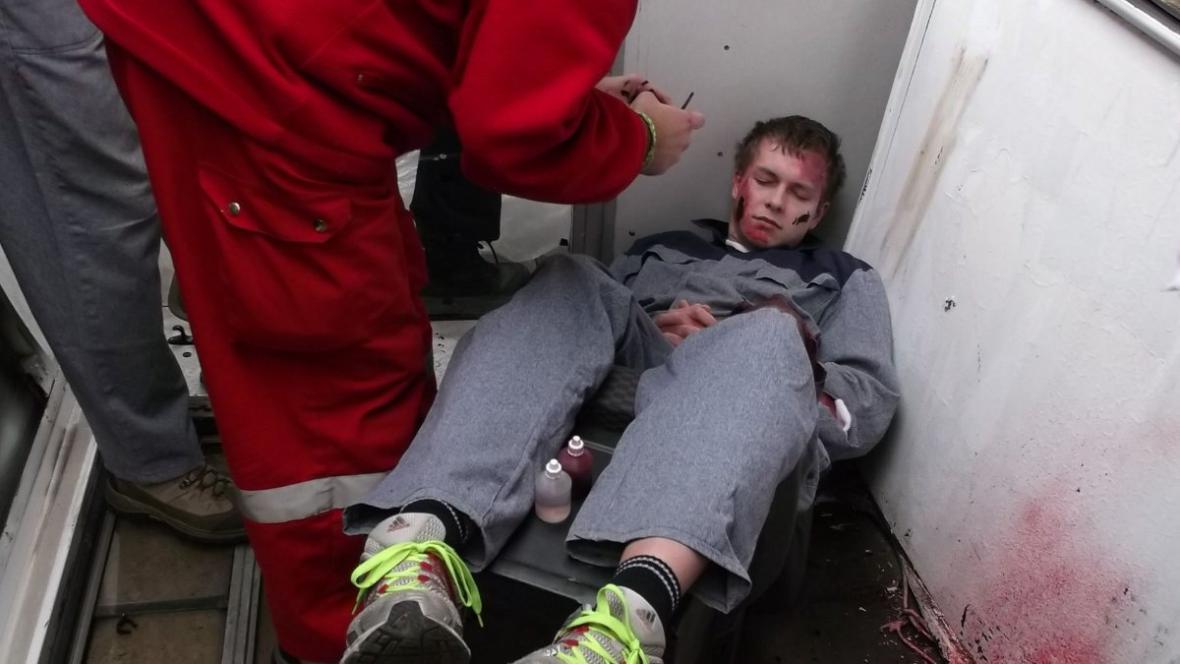 Záchranáři ošetřovali vězně-figuranta