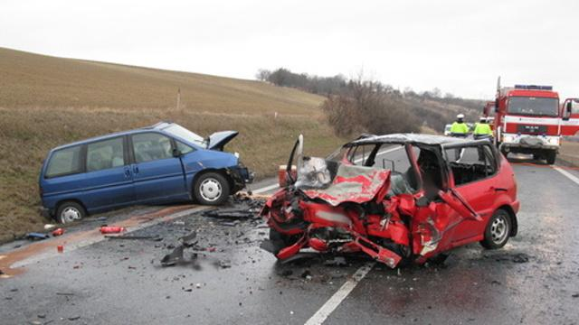 Řidiče červeného vozu se nepodařilo zavčas vyprostit