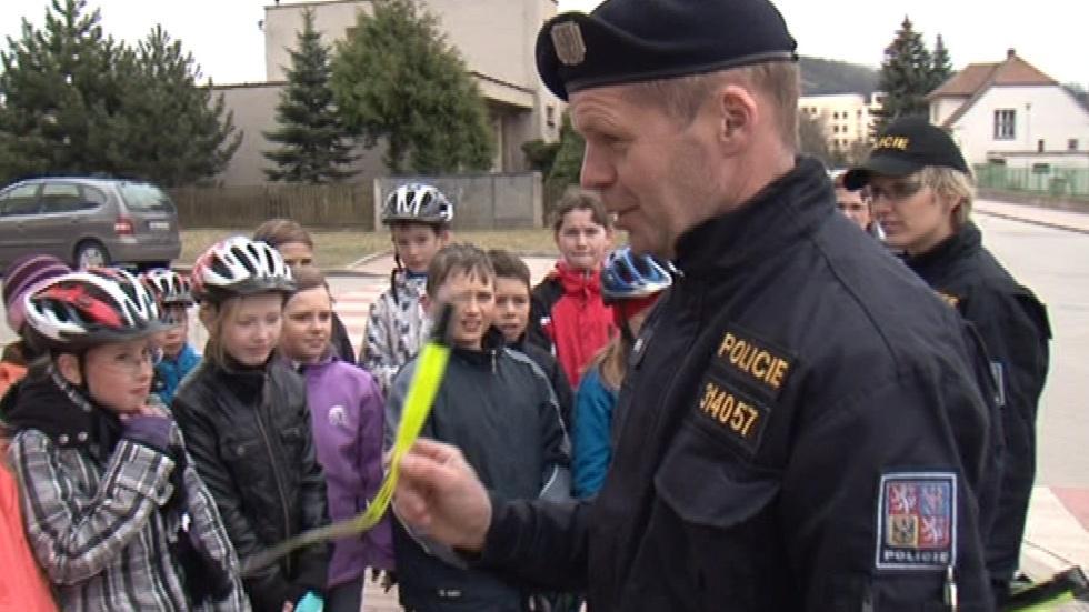 Na konci školení dostali žáci od policistů reflexní pásky