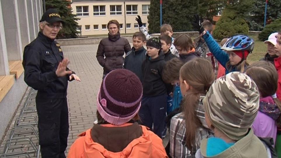 Žáci si s policisty osvěžili pravidla bezpečnosti