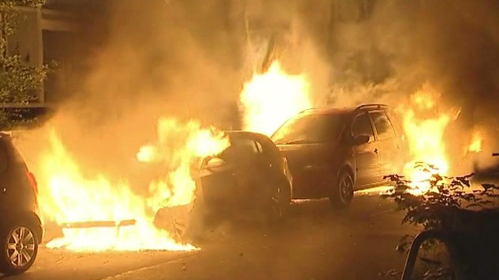 Hořící auta v berlínských ulicích