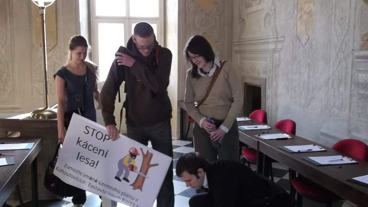 Asi desítka Kohoutovických dorazila na zastupitelstvo s transparenty