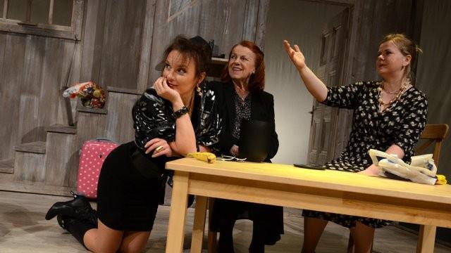 Barbora Munzarová, Iva Janžurová a Sabina Remundová ve hře Na mělčině