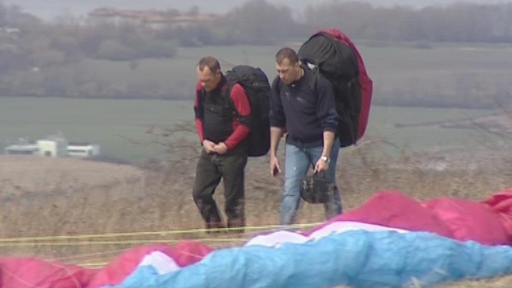 Nahoru se paraglidisté dostanou pěšky