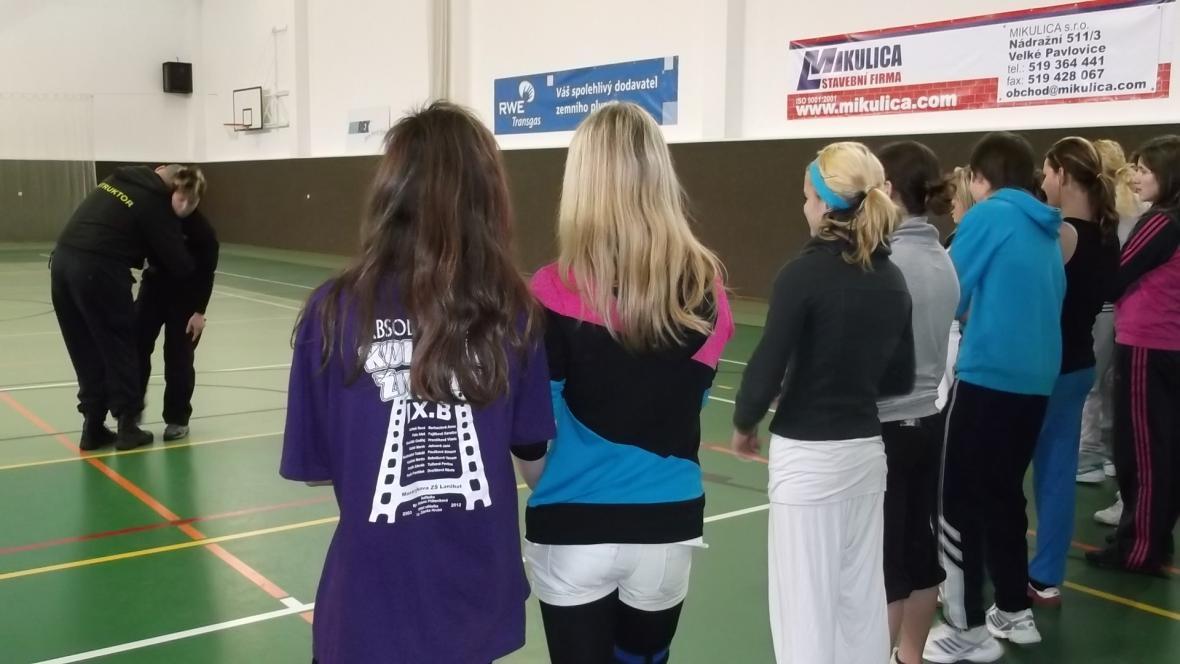 Výuka sebeobrany ve školní tělocvičně