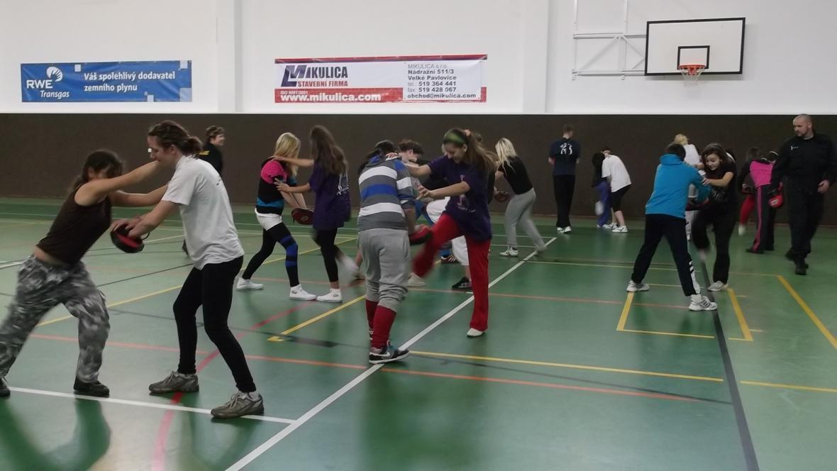 Výuka sebeobrany ve školní telocvičně