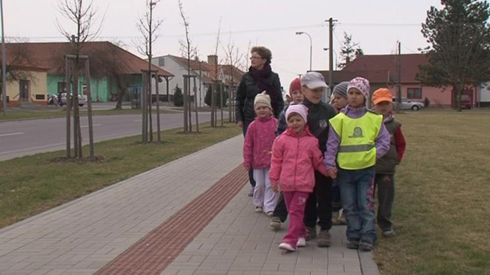 Školáci musí chodit podél silnice, po které denně projedou stovky kamionů
