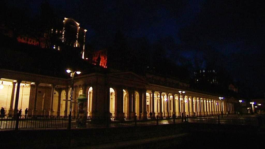 Rozsvícená kolonáda v Kalových Varech