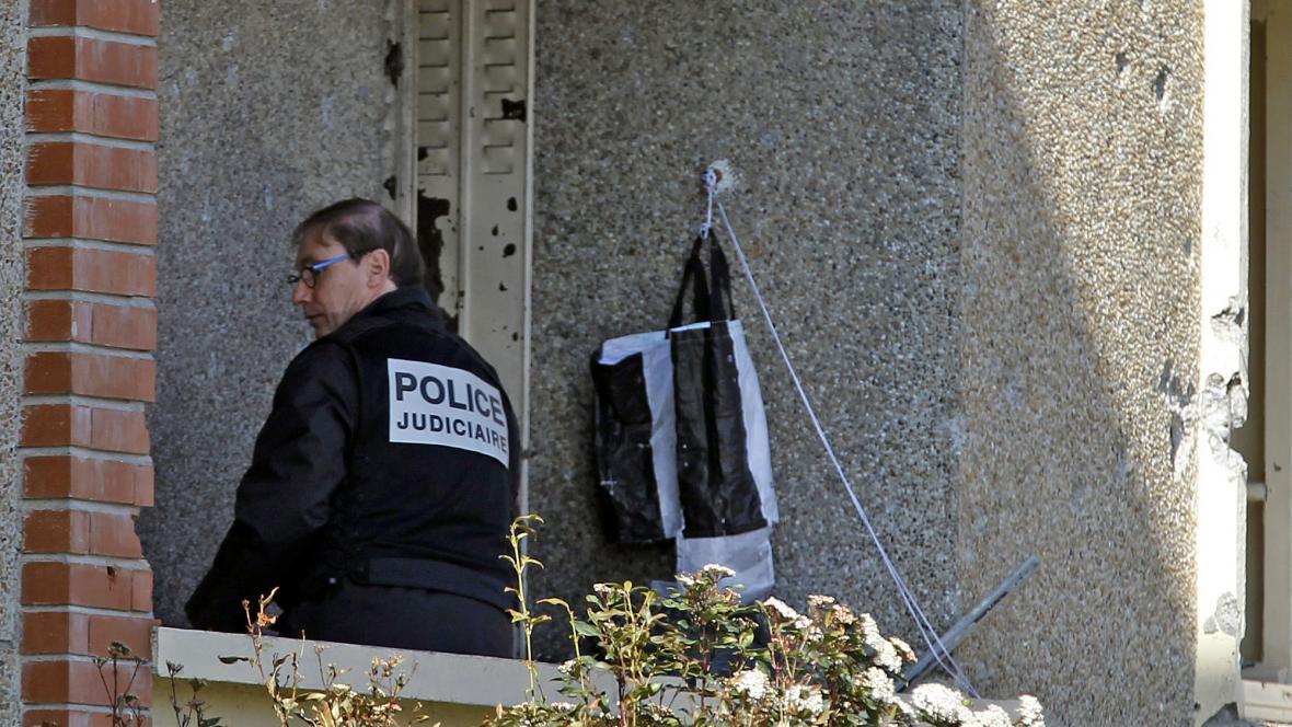 Policie před bytem Mohammeda Meraha