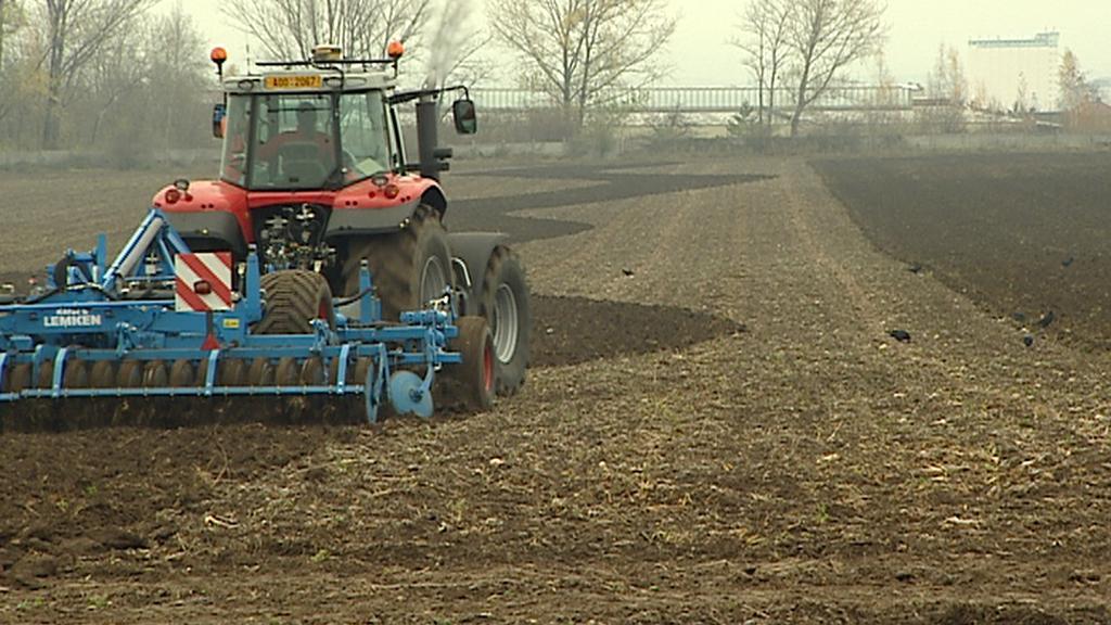 Traktor se pohybuje po poli s pomocí navigace