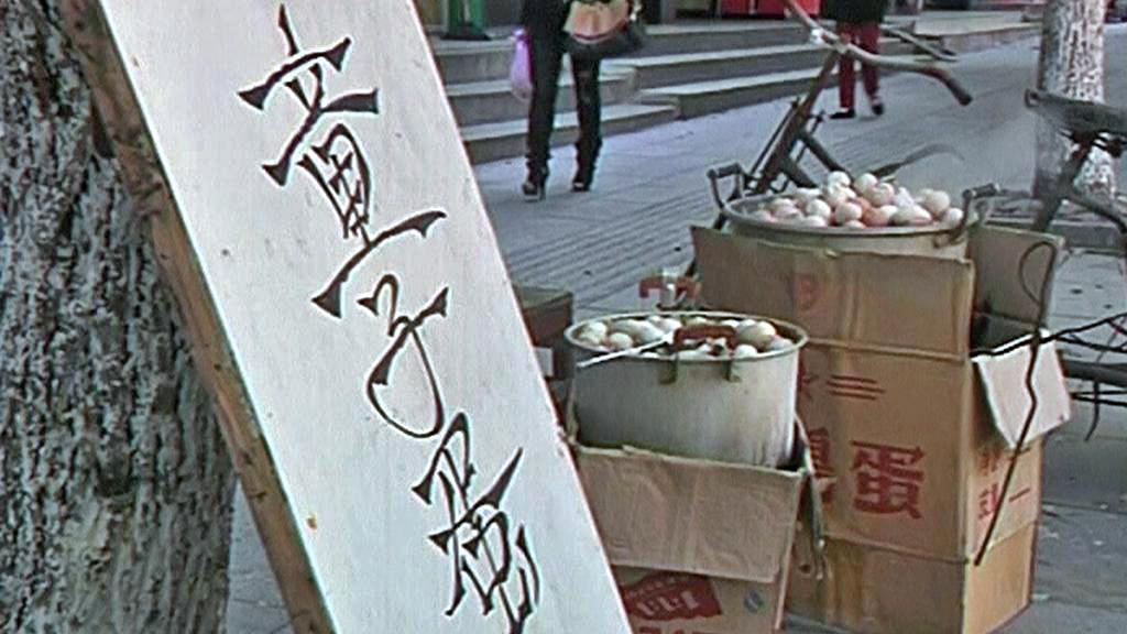 Pouliční prodej vaječné speciality v čínském Tung-Jangu