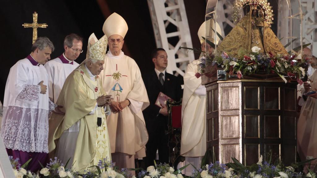Papež Benedikt XVI. při mši na náměstí v Santiagu
