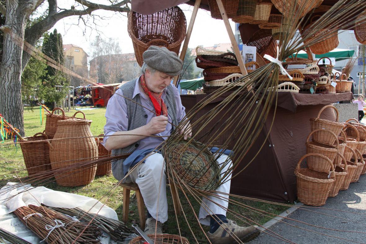 Ukázky tradičních řemesel - pletení košíku