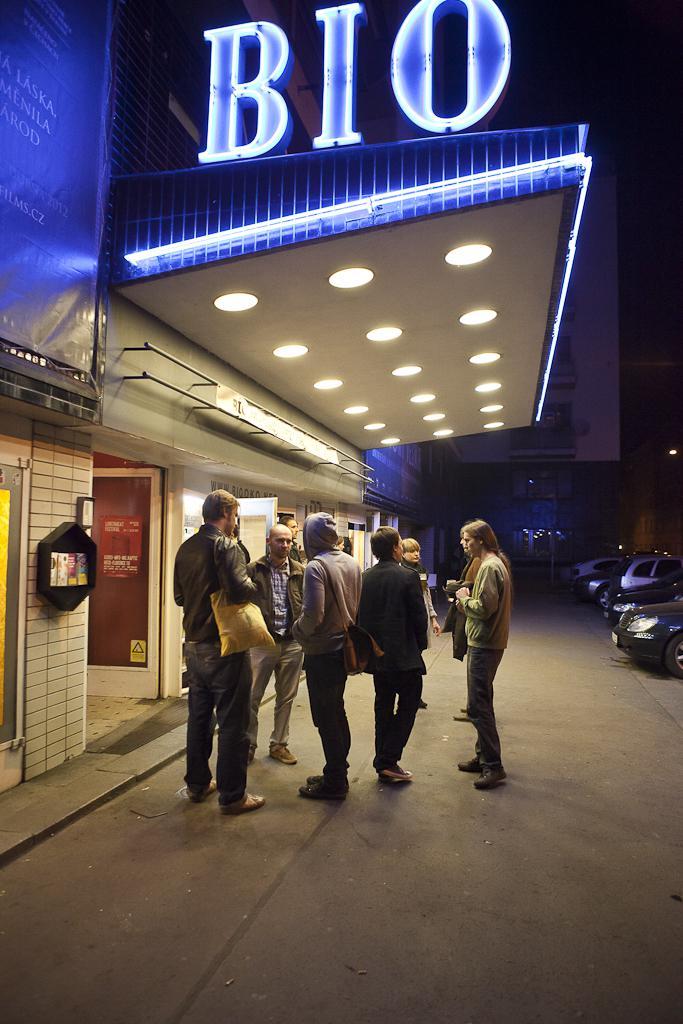 Před kinem postávali hloučky návštěvníků