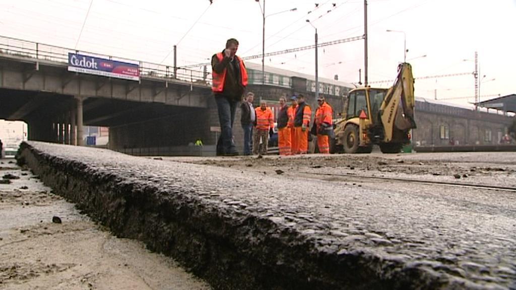 Silničáři pokládají nový povrch v místě havárie