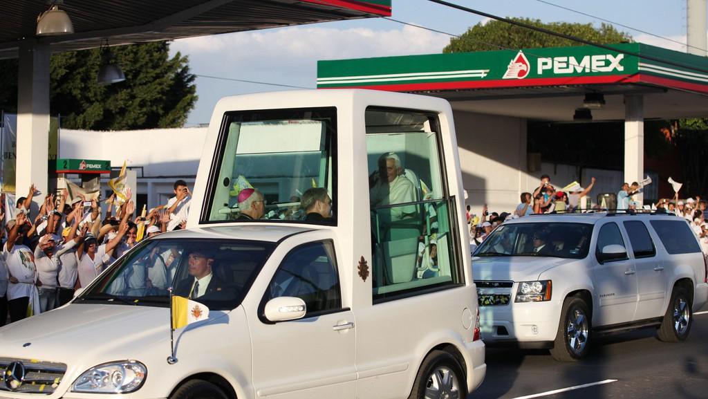 Papež Benedikt XVI. ve svém papamobilu v Mexiku