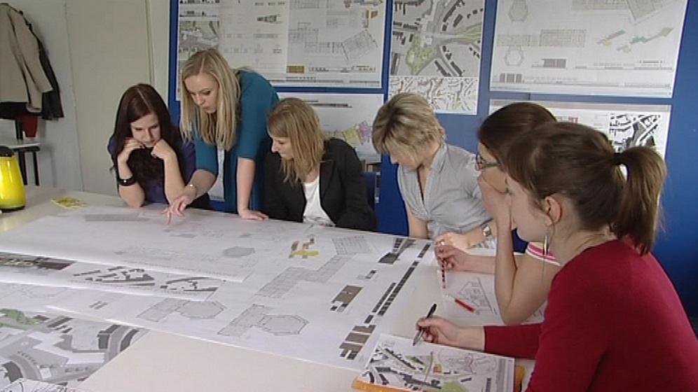 Studenti architektury při vytváření návrhů