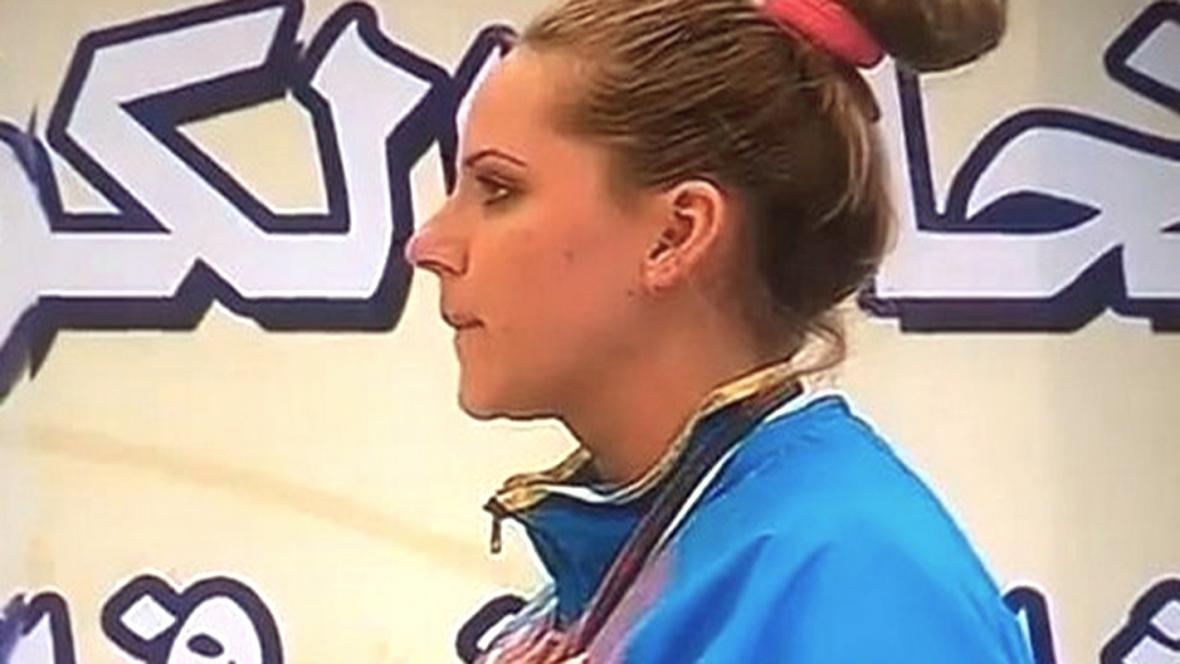 Kazašská střelkyně při hymně z Borata