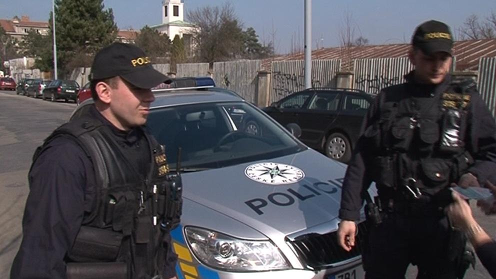 Policejní hlídka při kontrole
