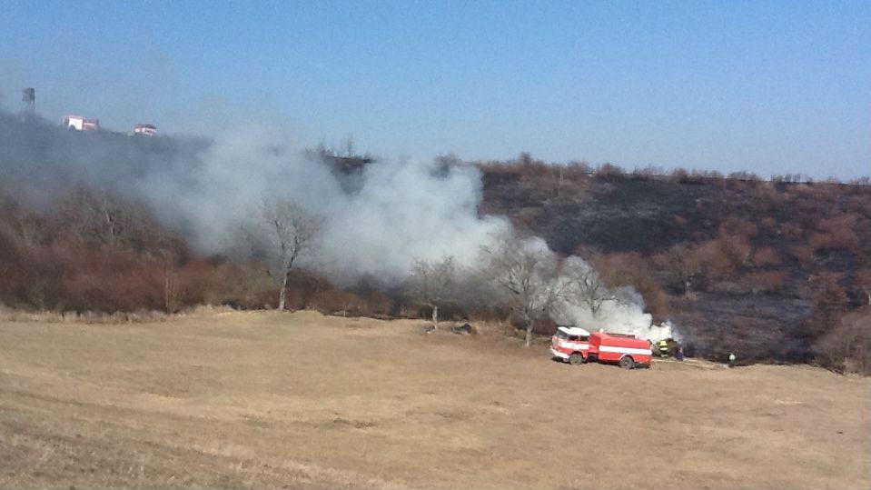 Hasiči likvidují požár trávy