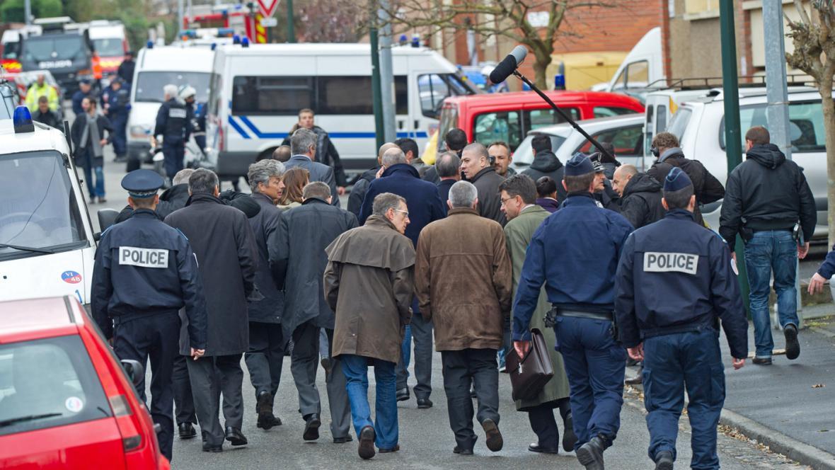 Ministr vnitra Claude Guéant s francouzskými policisty