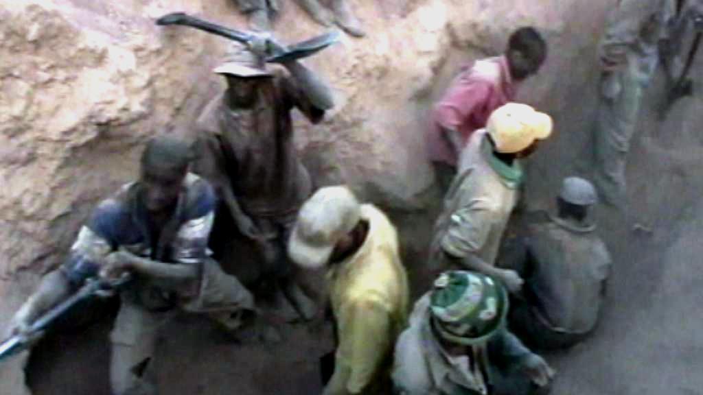 Dělníci v diamantovém dolu Marange