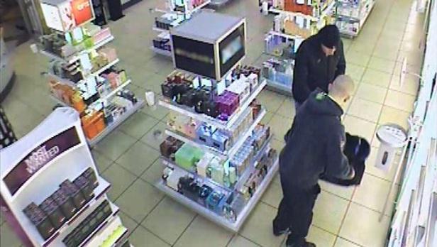 Krádež parfémů v prodejně na Hatích