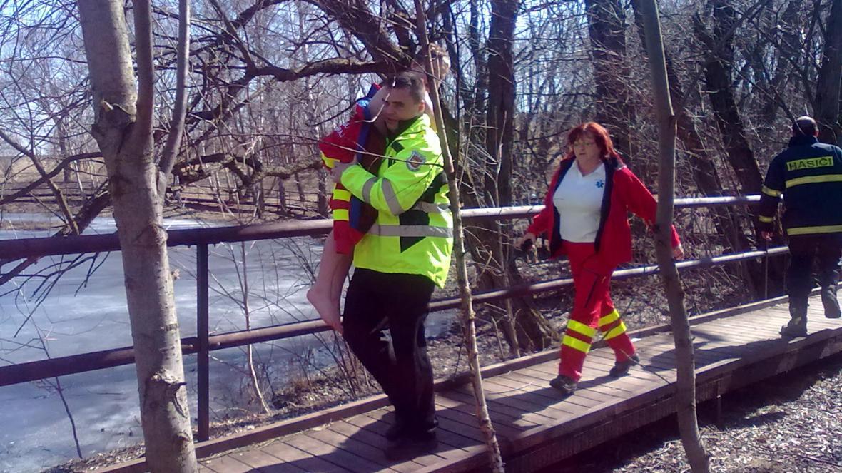 Záchrana dětí ze zamrzlého rybníka
