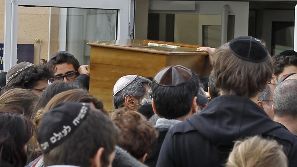 Pozůstalí nesou rakev s obětí střelby v Toulouse